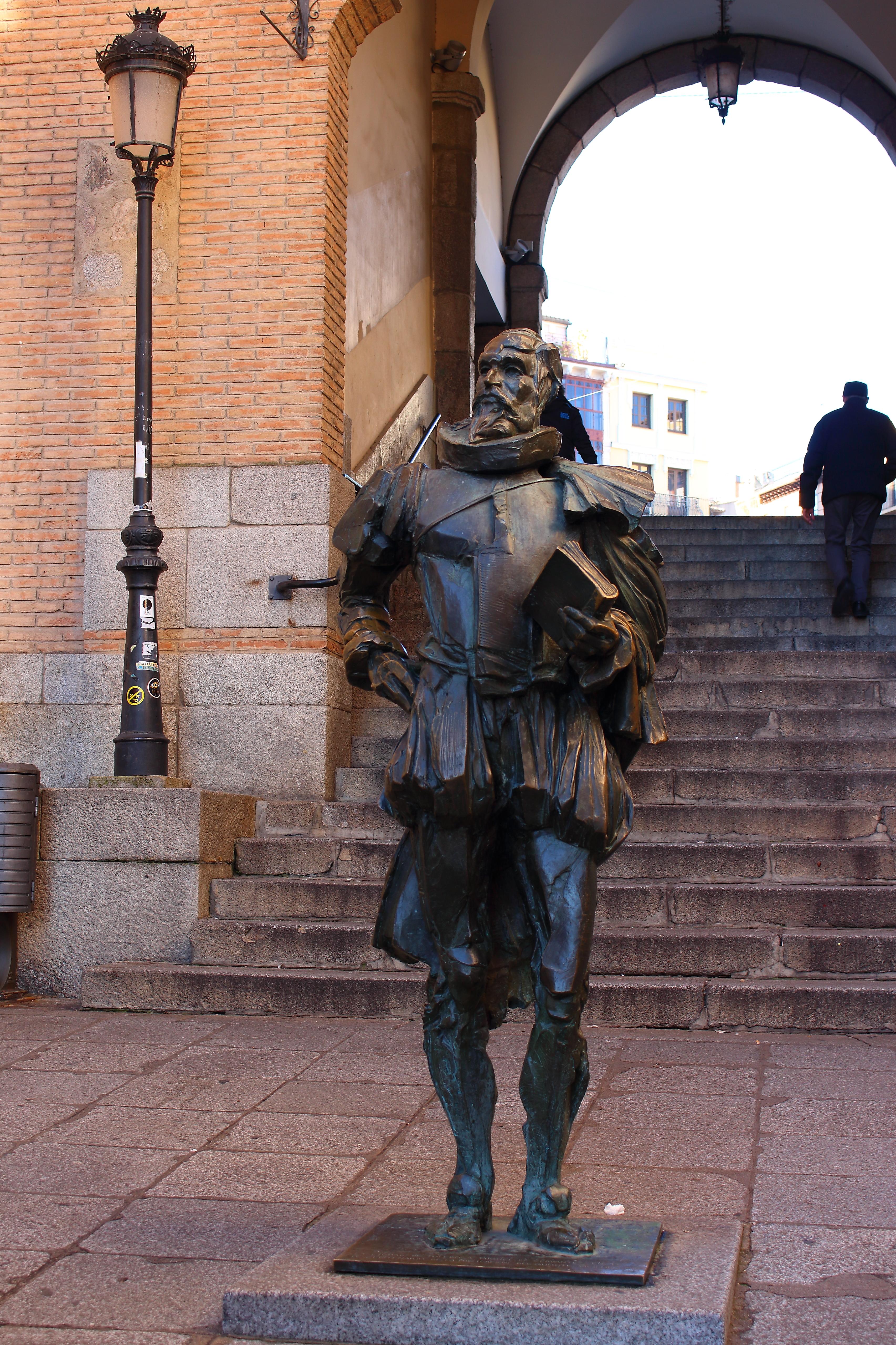 La statua di Cervantes ci ha accolto in città